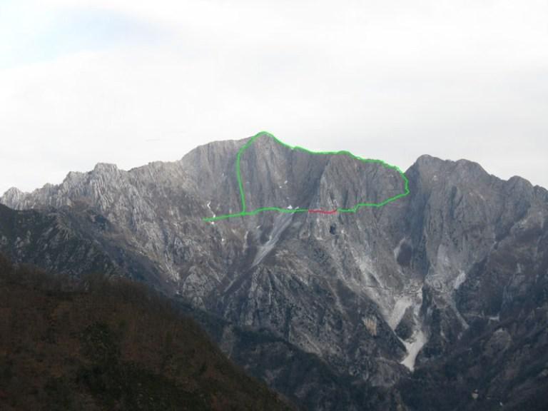 La parete sud del Monte Altissimo, con il mio percorso (31 ottobre 1993) di salita per la via Nerli, discesa al Passo di Vaso Tondo, discesa alla Cava di Tacca Bianca, Sentiero dei Tavoloni (in rosso) fino alla Cava dei Colonnoni